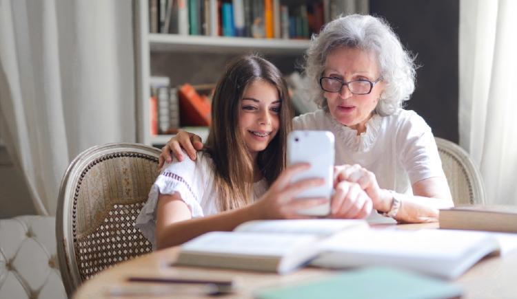 niña y su abuela con el movil