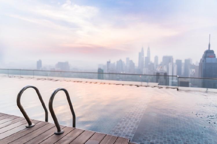 Hotel con piscina en una azotea