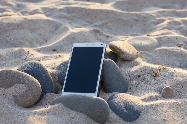 smartphone calentándose en la arena